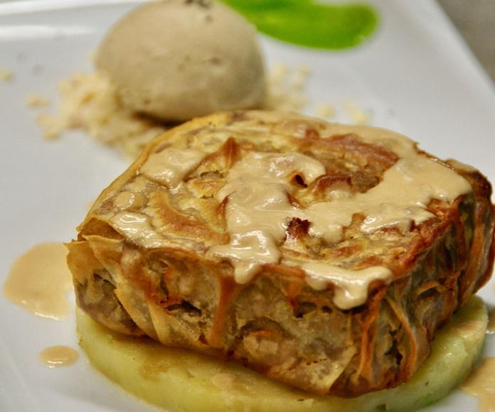 Coulant de codillo de cerdo y crema de setas, sobre cama de patatas y helado de hongos.