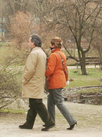 La simple costumbre de dar un paseo puede mejorar mucho la salud cardíaca