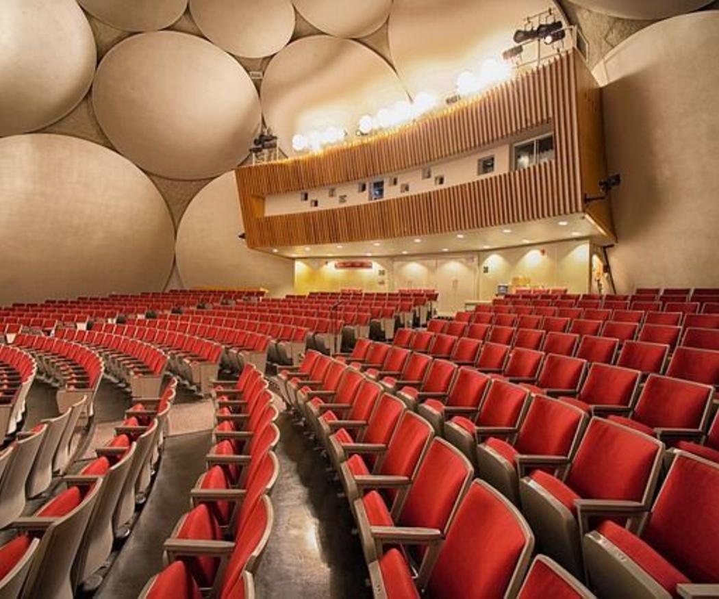 ¿Qué factores se tienen en cuenta para el diseño de teatros y auditorios?