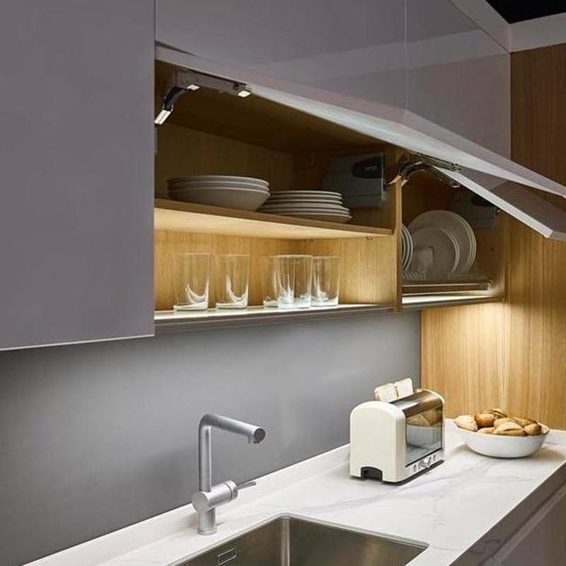 Cocinas con base de mueble iluminada.: Productos y servicios de Muebles Marino