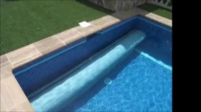 Cubierta automática de lamas de PVC para protección de piscina.
