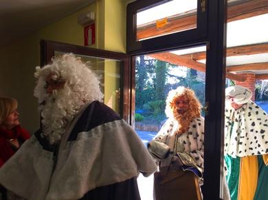Los reyes magos visitan la Residencia geriátrica El Pinar
