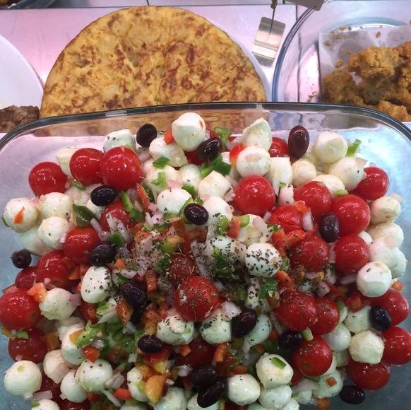 ensalada de mozzarella y tomate cherry