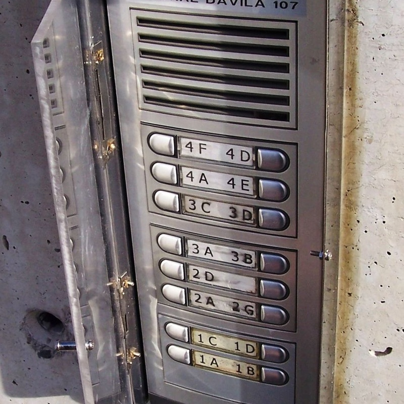 Placa de aluminio Auta con metacrilato de protección