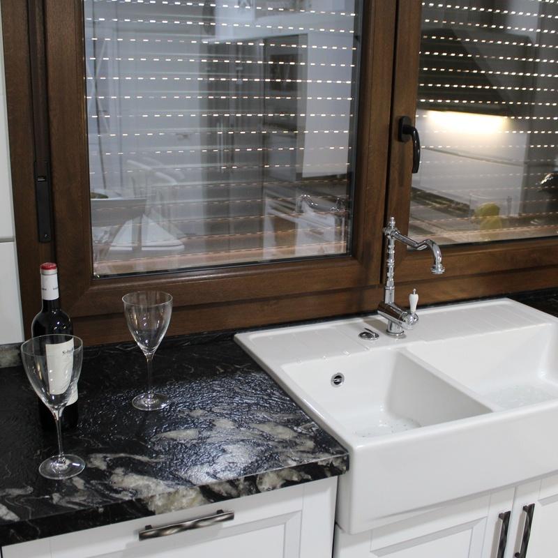 Encantadora cocina de madera de roble lacado y encimera de granito brasileño