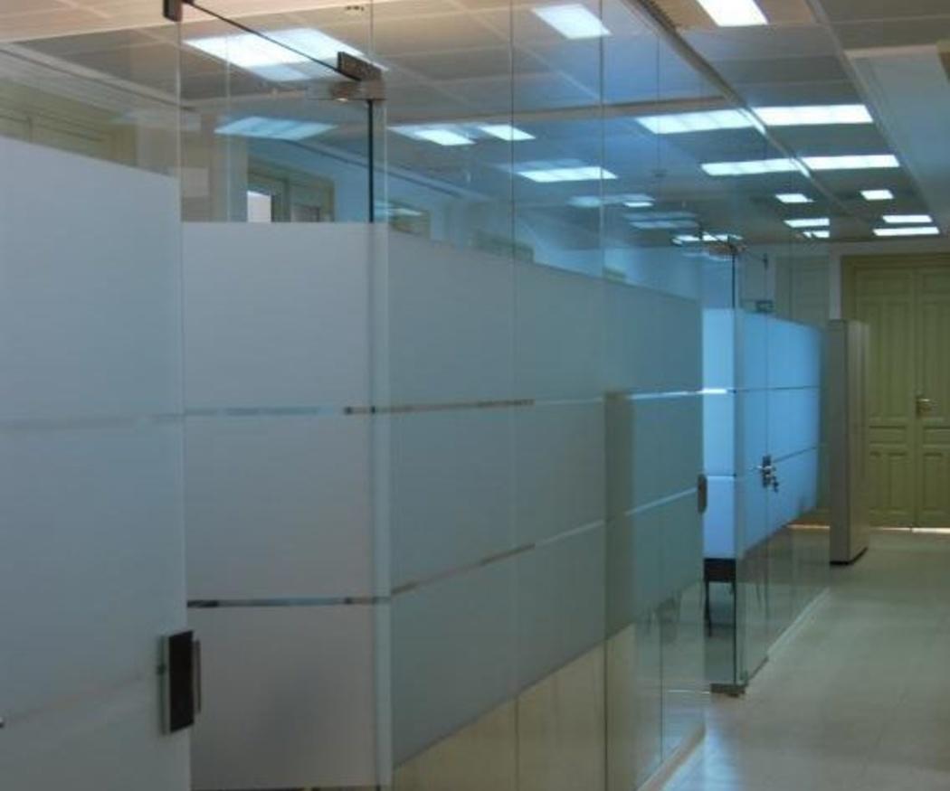 Ventajas de utilizar mamparas de cristal en las oficinas