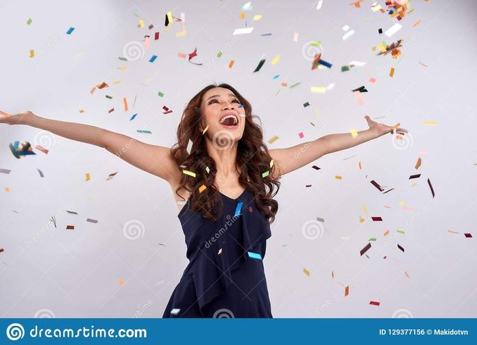 mujer-feliz-hermosa-en-el-partido-de-la-celebración-con-caer-del-confeti-129377156.jpg