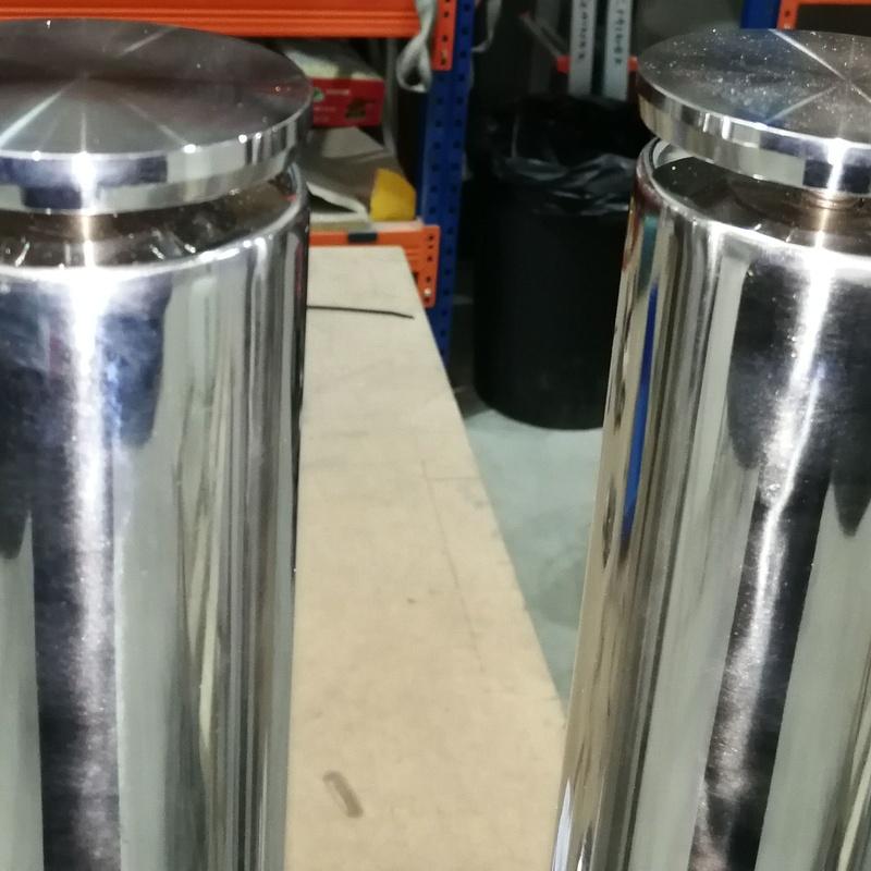 Patas con rosetas regulables para tapa de vidrio o muebles de cocina.