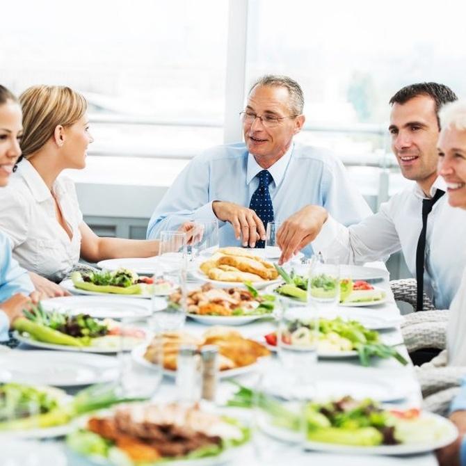 Reglas de protocolo para distribuir a los invitados de una cena formal
