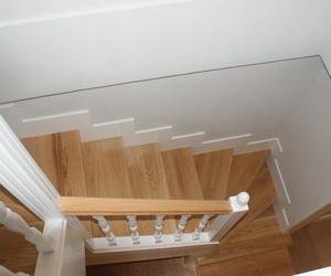 Forrado de escalera de Obra , con escalones en madera de roble  balaustrada lacada en blanco con pasamanos en roble y rematado con zócalo lacado en blanco