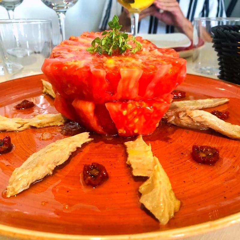 Tomate rosa pelado con ventresca de atún