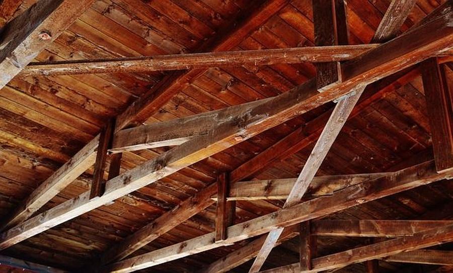 Consejos para conservar un tejado con vigas de madera