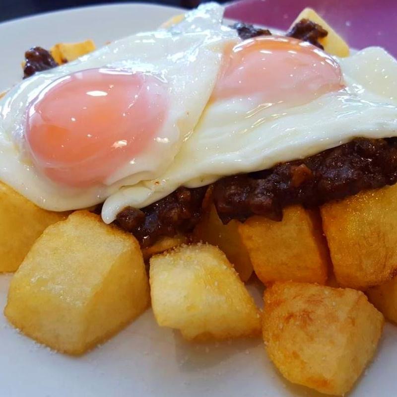 Huevos rotos con morcilla: Carta de Bar Restaurante Doña Elena