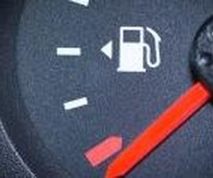 ¿Cómo saber en qué lado está el depósito de combustible del coche que conduces sin bajarte?