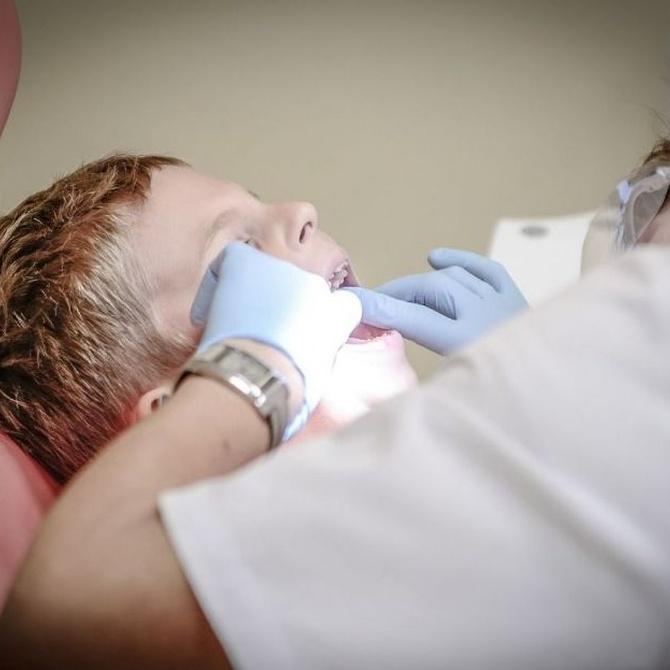 El cambio de los dientes de leche por los permanentes