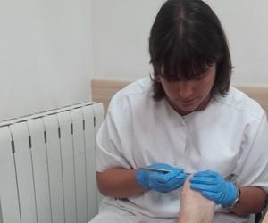 Enfermera cuidando los pies