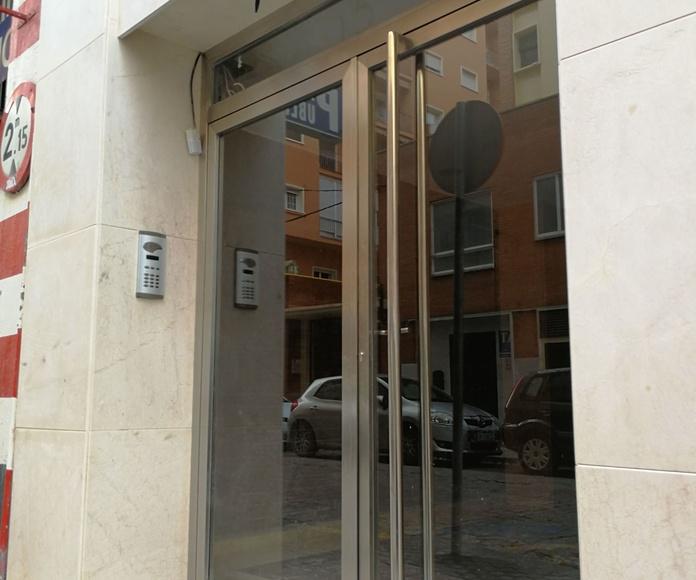Puerta de acero inoxidable con vidrios de seguridad fabricada a medida para bloque de comunidad de vecinos