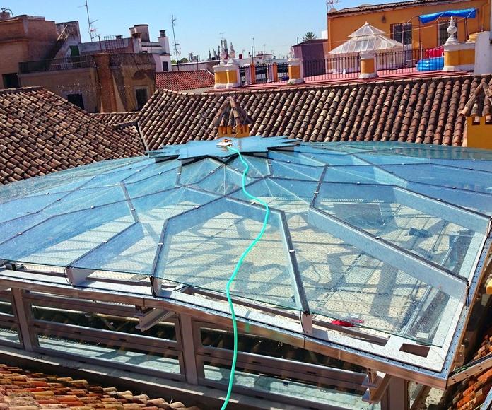 Estructura de acero negro y vidrio en forma de estrella para techo de patio andaluz de palacete