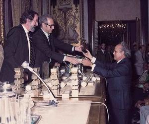 Luis Molina Acedo, recibiendo el premio a la exportación de la mano del Ministro Miguel Boyer, año 1983