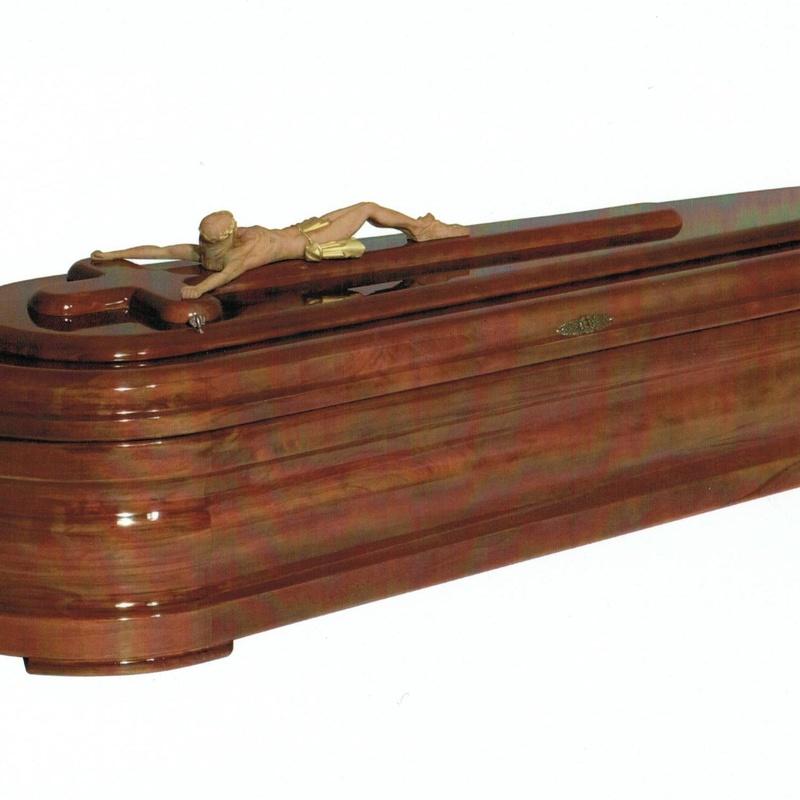 Arcón de madera, tapa crucifijo. Fabricado en España.