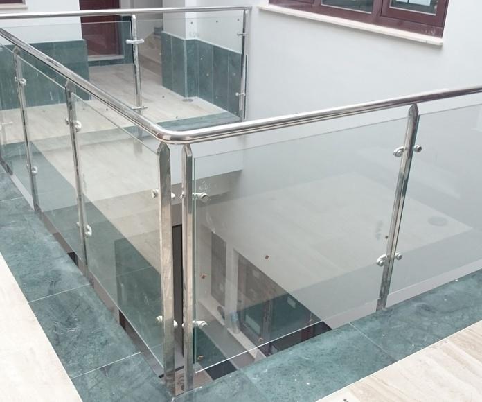 Barandilla de acero inoxidable y vidrio montada en comunidad de apartamentos.