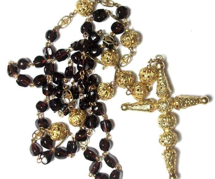 Rosario de filibrana de oro y cuentas de pasta vitrea.: Catálogo de Antigua Joyeros