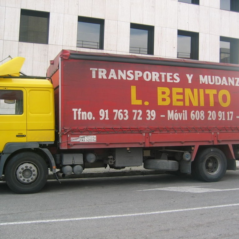 camion tautliner con trampilla