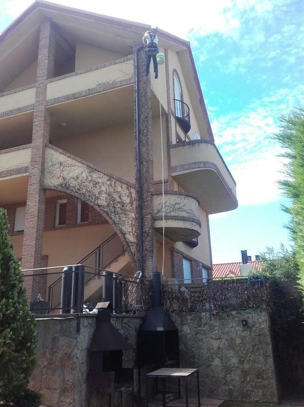 Rehabilitación de fachadas enLogroño: colocación de chimeneas de humo