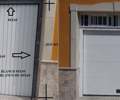 Puerta seccional automática de un canal lisa blanca