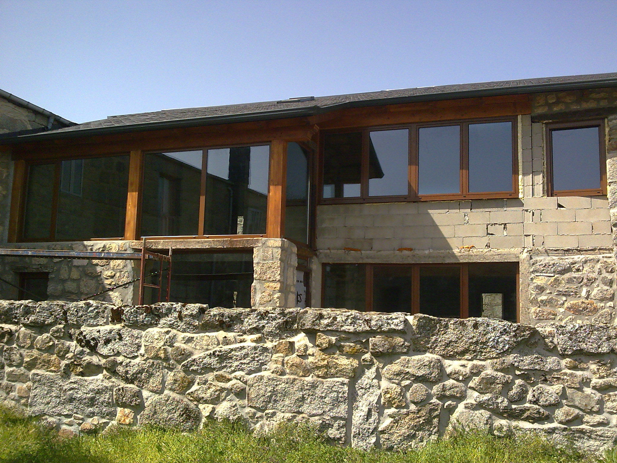 Ventana instalada de aluminio color madera nuestros for Colores de aluminio para ventanas