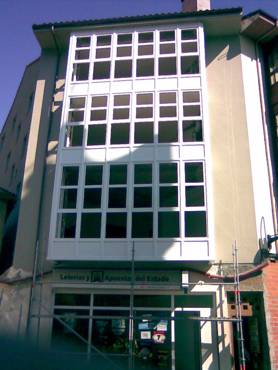 Ventanas de Aluminio blanco en edificio: NUESTROS SERVICIOS de Aluminios Sergio