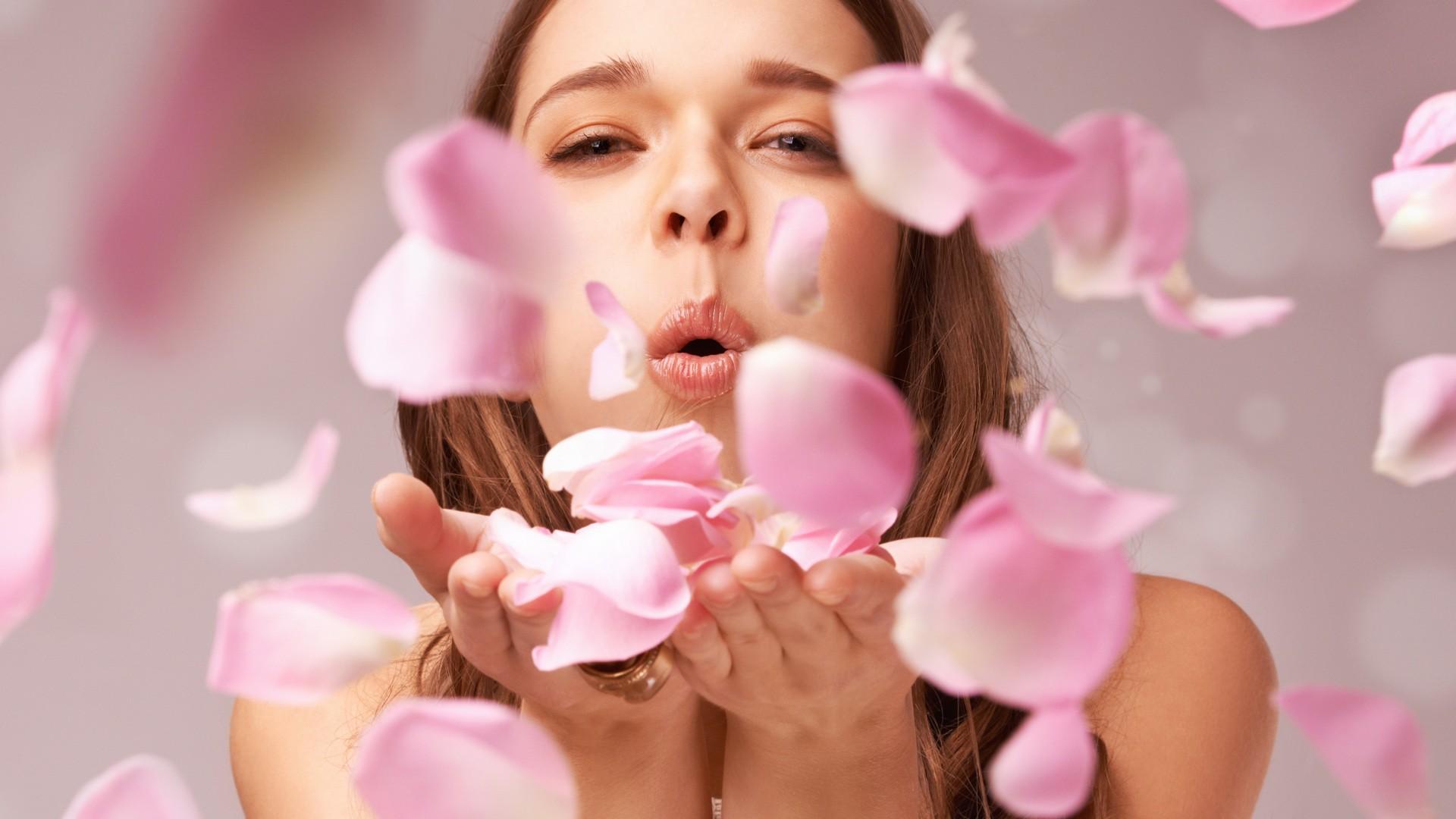 000 belleza estetica mujer soplar petalos rosa