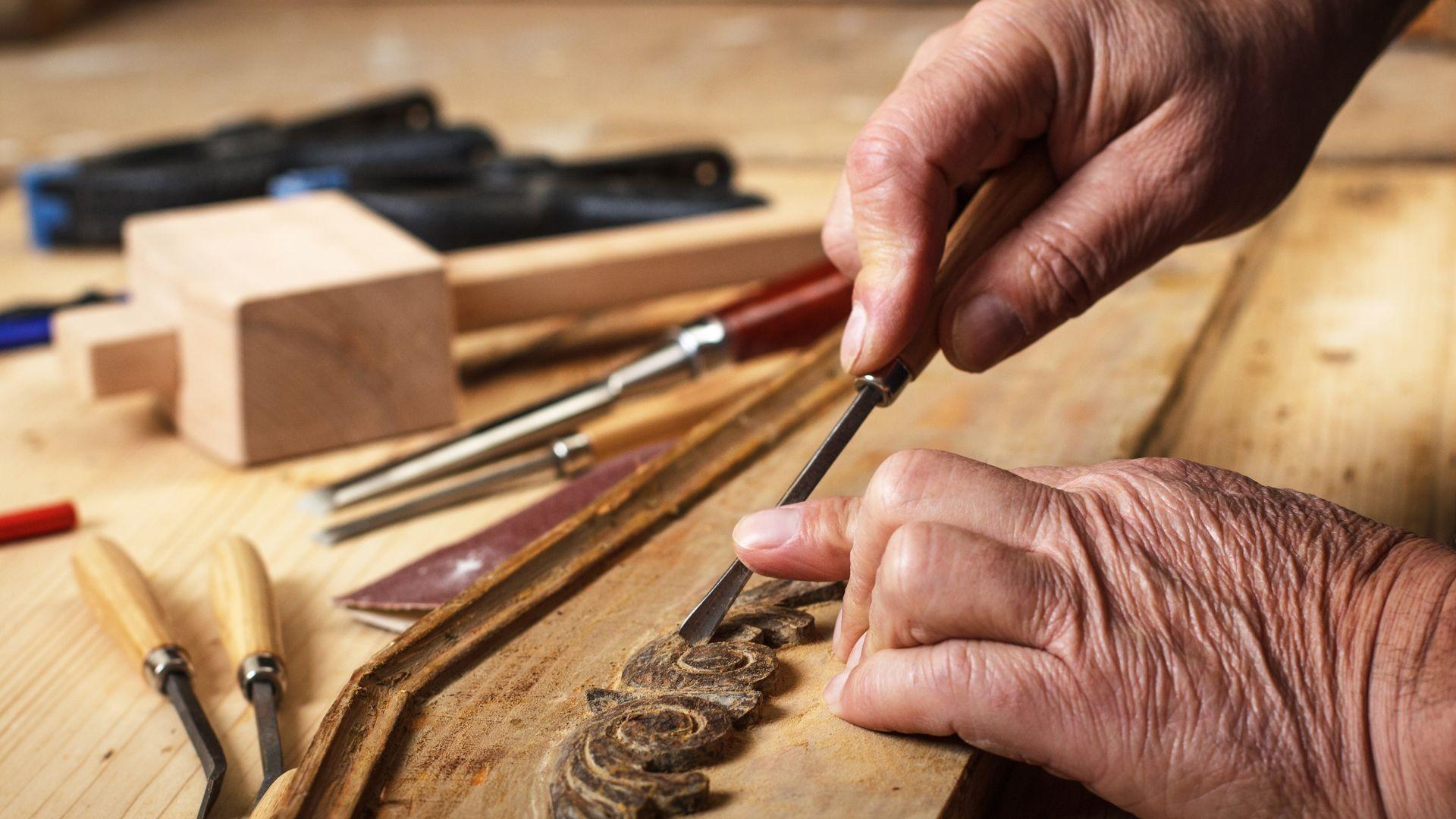 Manos artesanas de la restauración