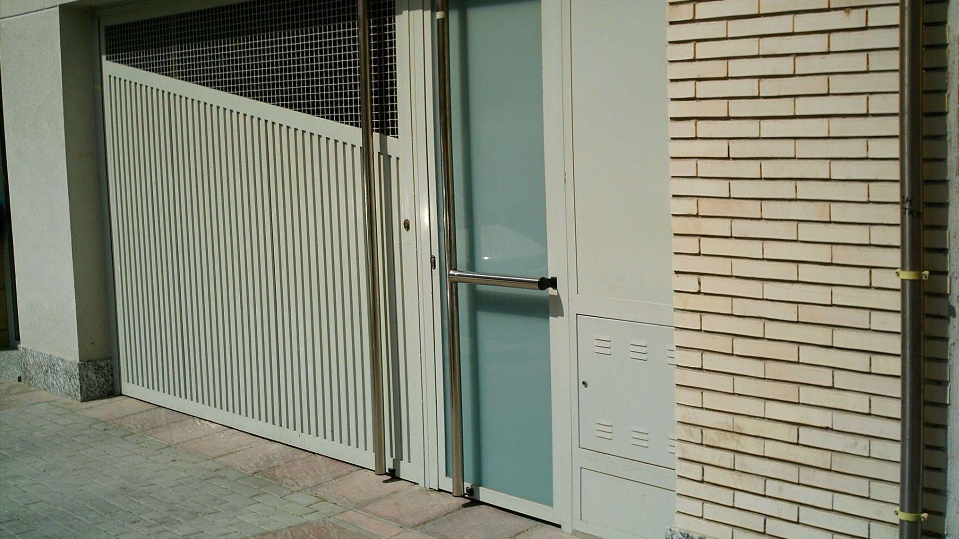 puerta de entrada de vehiculos y peatonal acceso a garaje