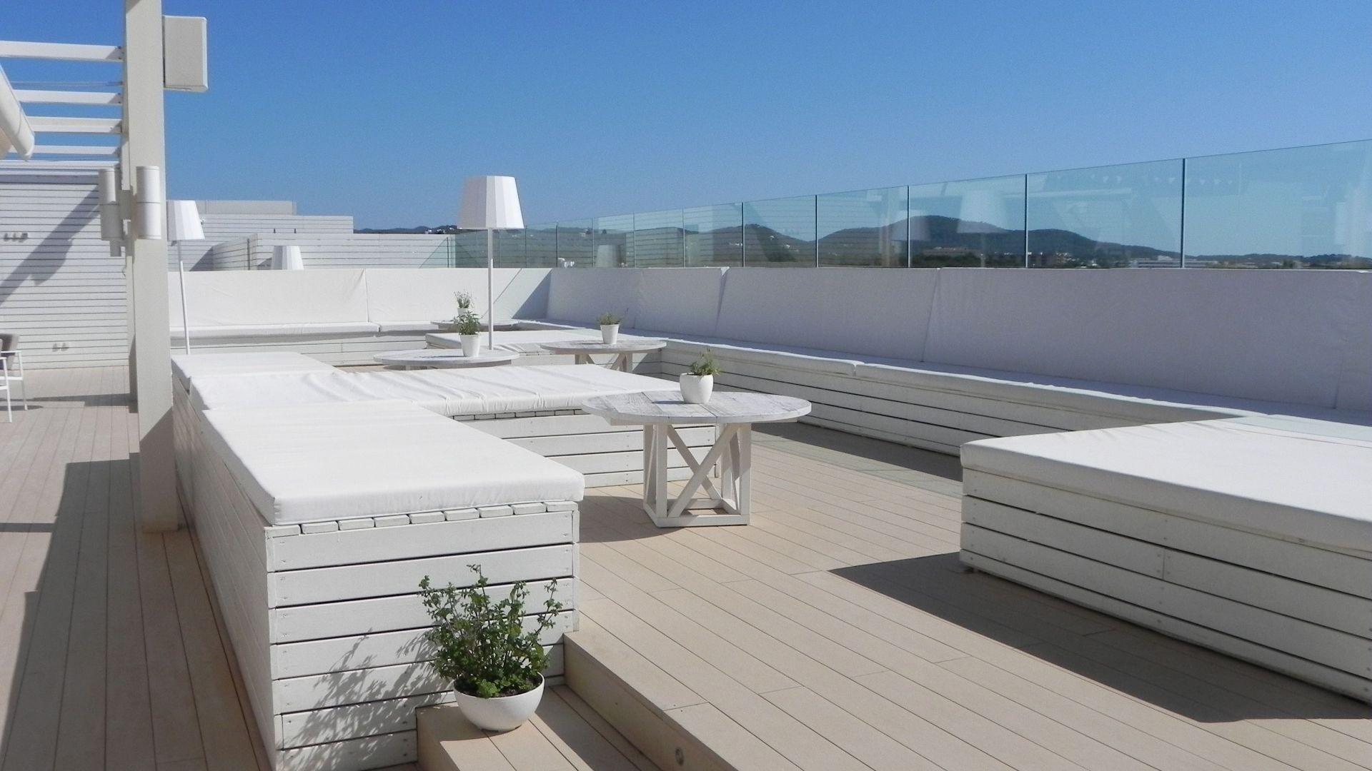 Tarima exterior de composite Hotel ME Ibiza
