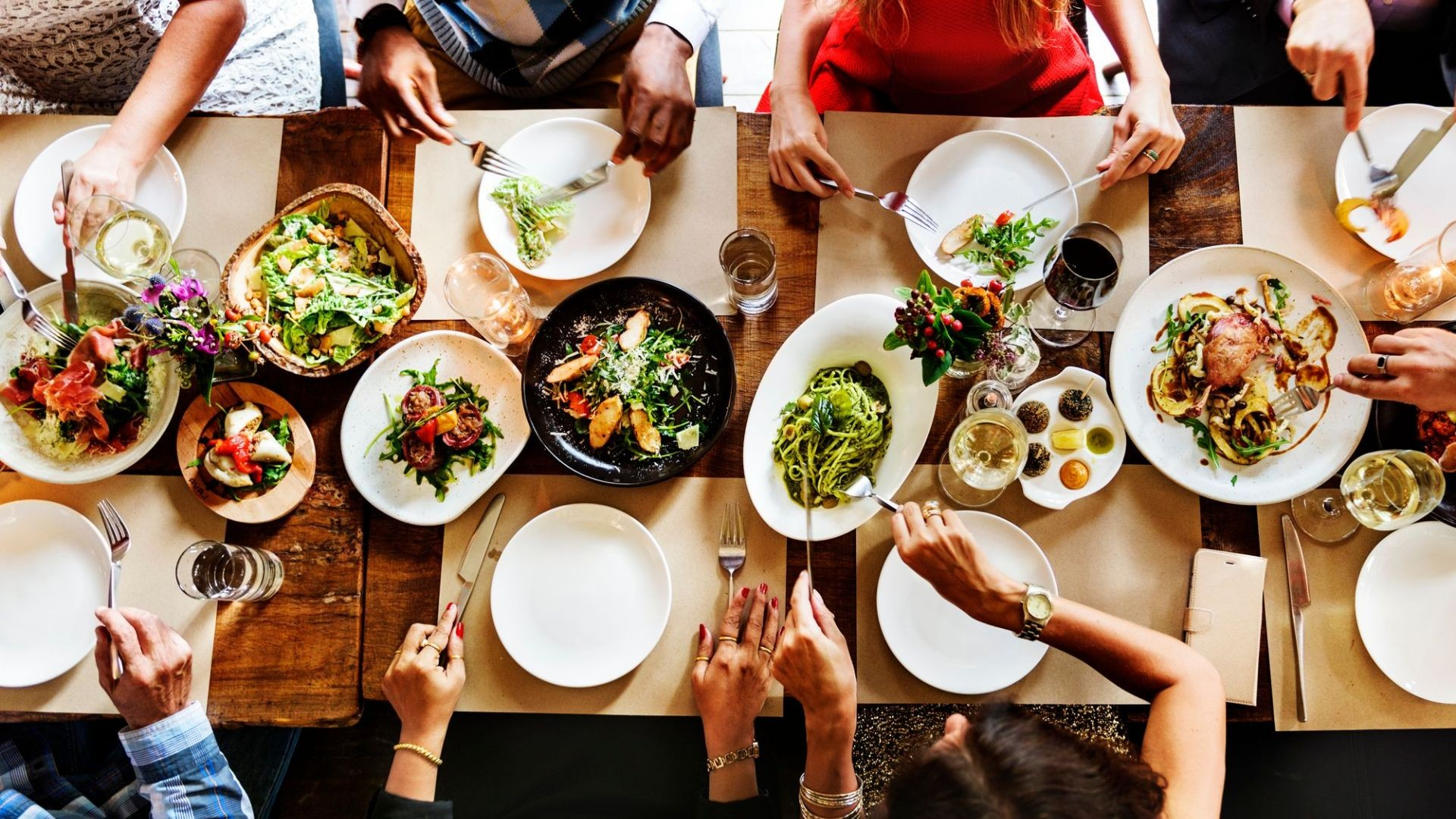 000-comida-restaurante-cena-grupo-amigos-empresa