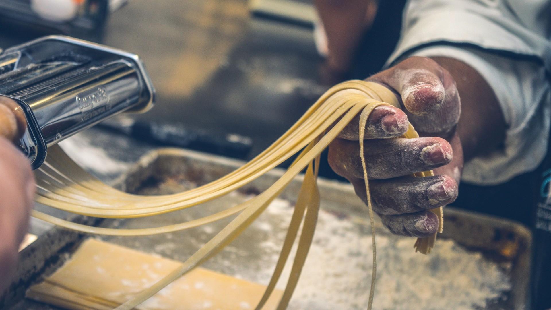 Elaboración casera de pasta italiana en Restaurante Italiano Terra Mía de Barcelona