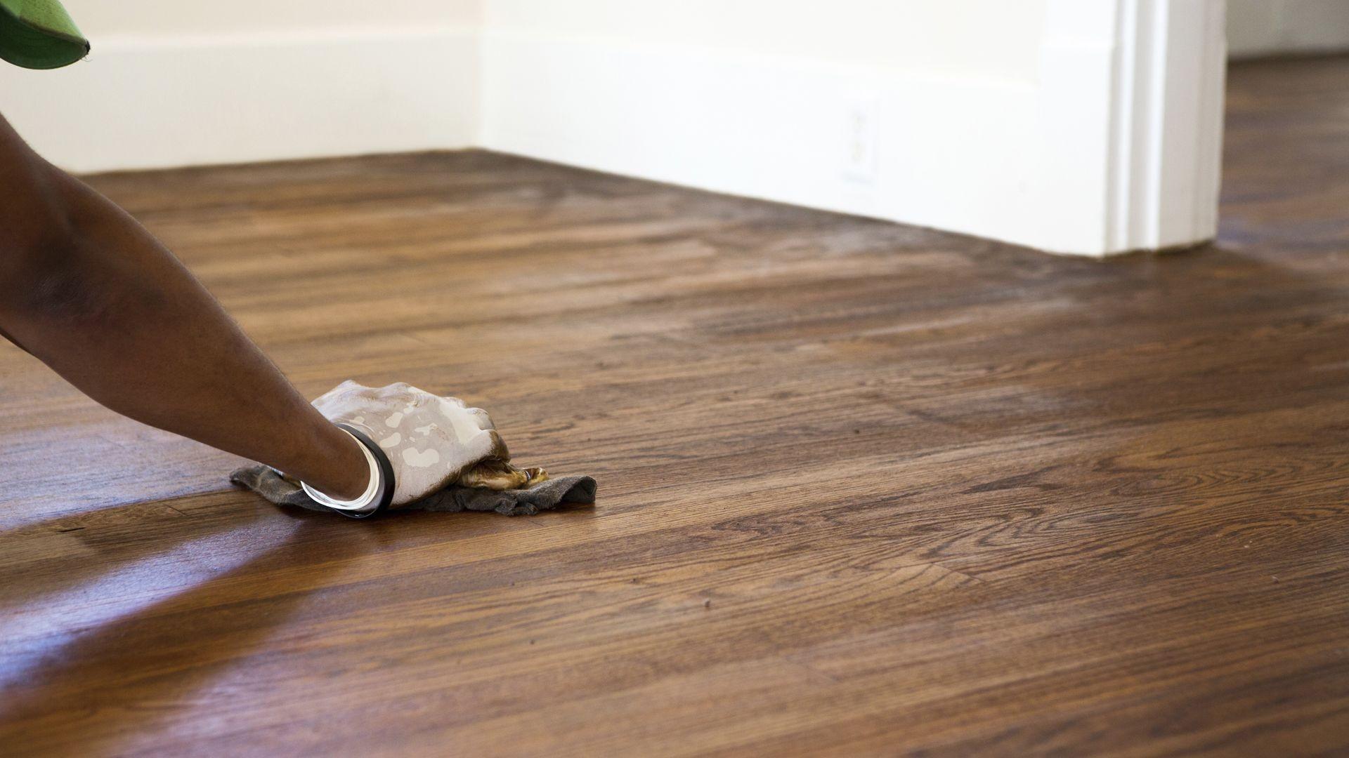 Instalación y mantenimiento de suelos de madera y moquetas