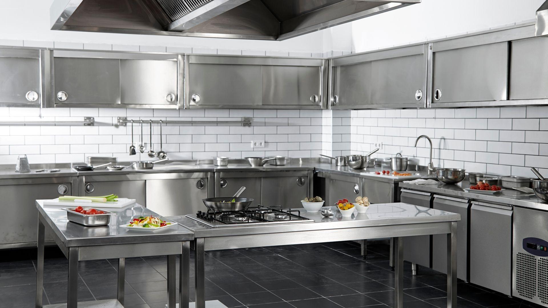 Fabricación y montaje de mobiliario de acero inoxidable para hostelería en Murcia