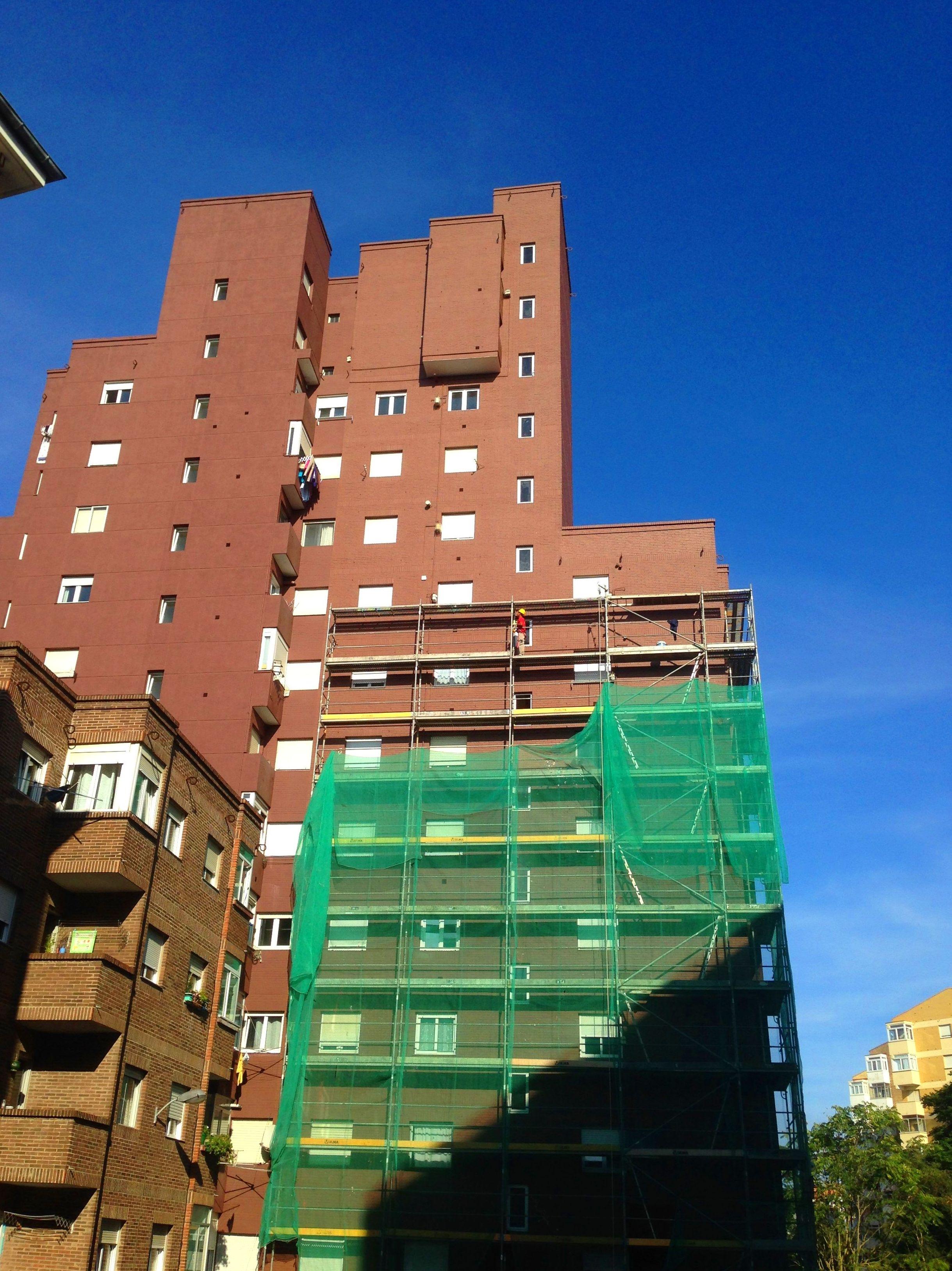 Nuestra empresa cuenta con mas de 10 años de experiencia en la rehabilitación de fachadas en todo Cantabria