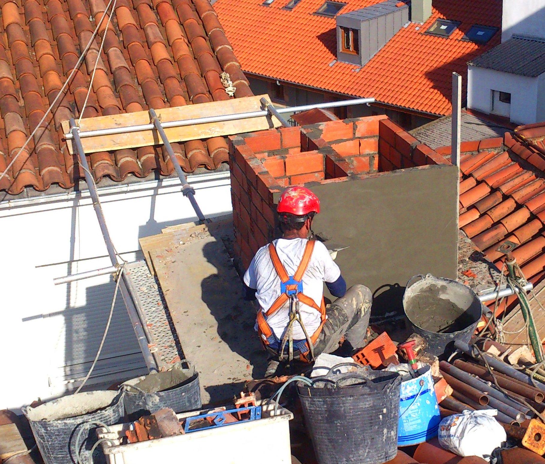 Reparación de chimenea con difícil acceso, albañilería en general en Cantabria.