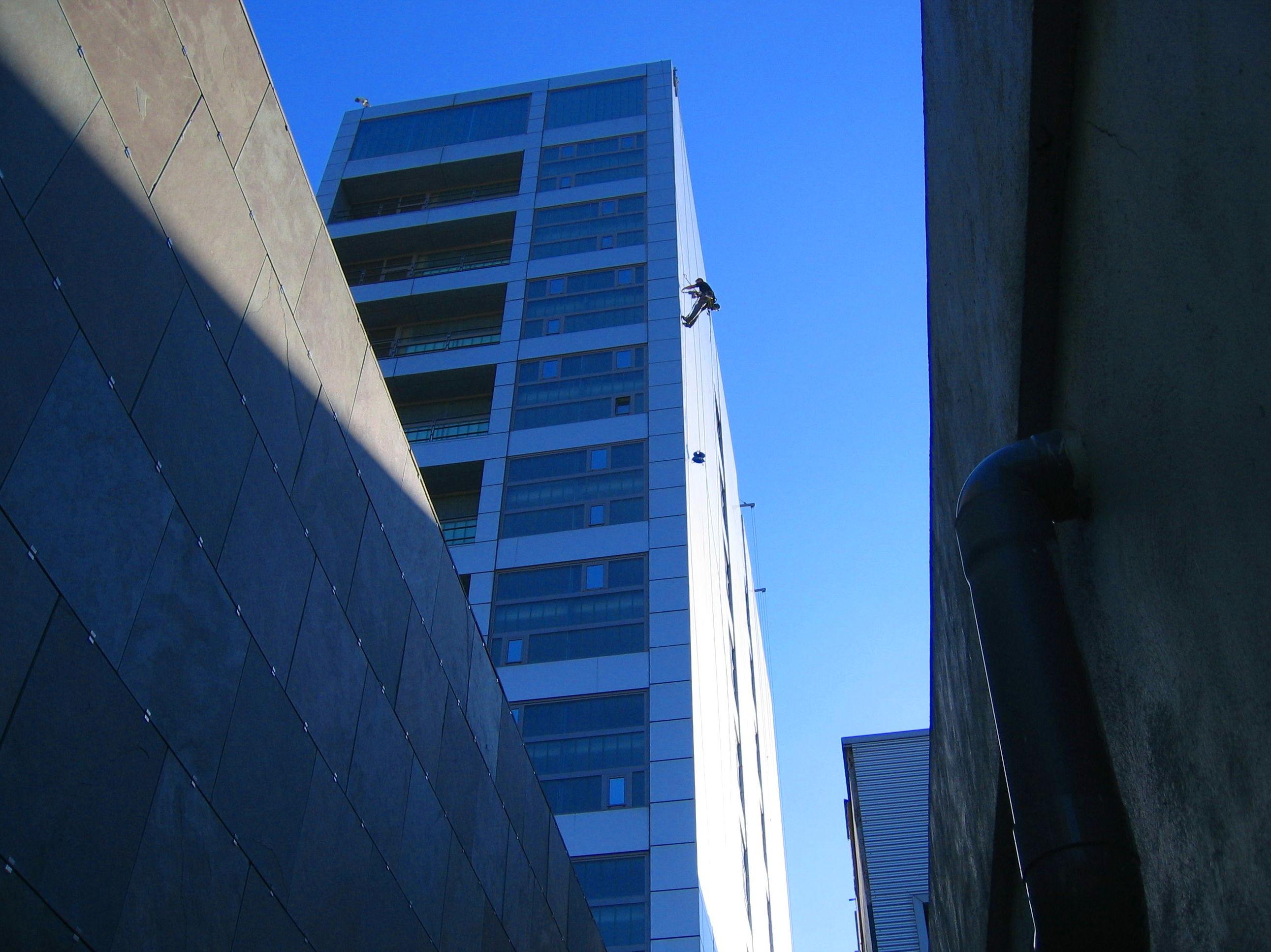 Trabajos de fijación de chapas de fachada ventilada edificio Valdecilla.