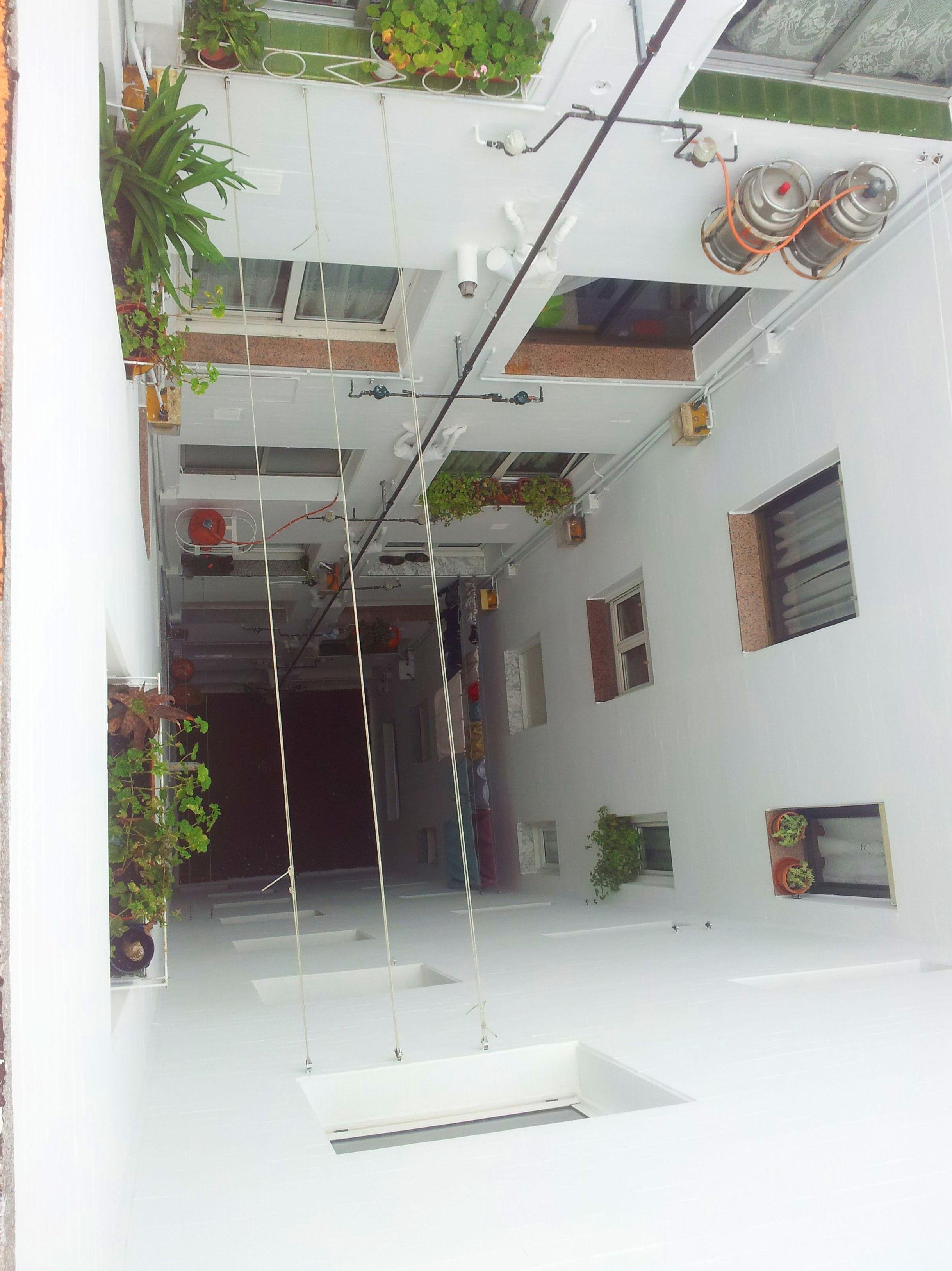 Aplicación de revestimiento semiespeso en patio interior Santander-Torrelavega
