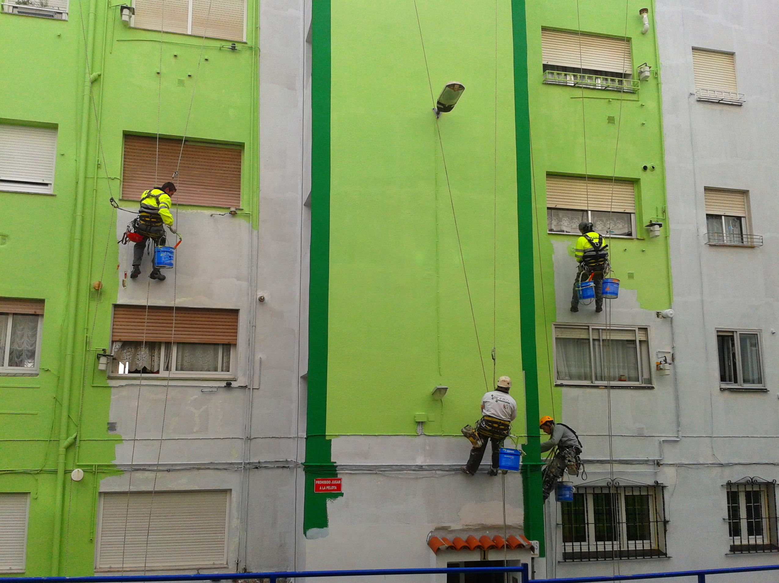 Pintura económica de fachadas trabajos verticales en Cantabria
