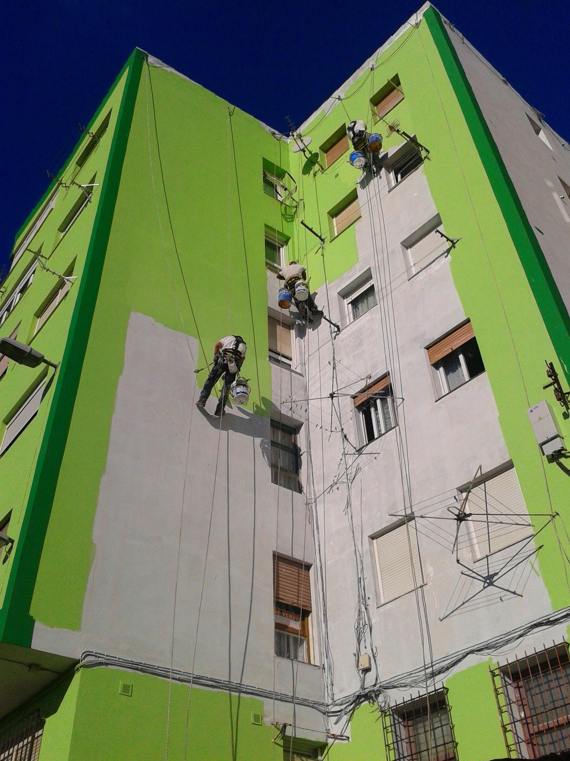 Rehabilitación de fachadas mediante trabajos verticales y trabajos en altura.