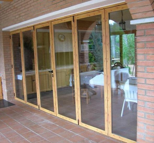 Puerta de aluminio acabado madera clara