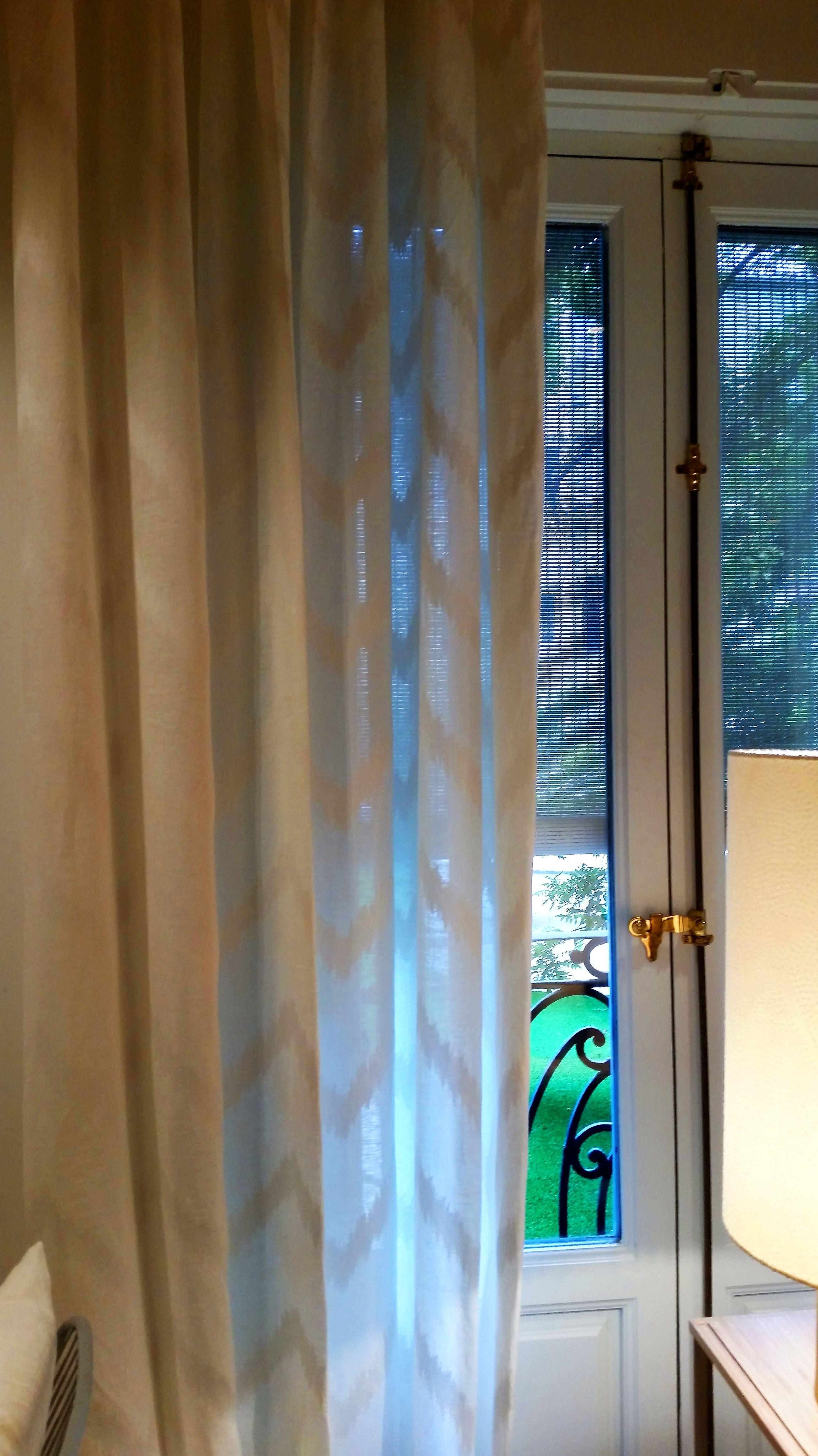Tejidos vaporosos para vestir las ventanas, con diseños actuales geometricos