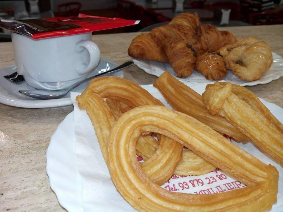 Desayuno con pasteles y churros