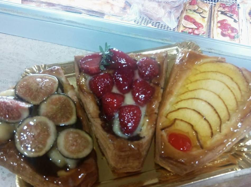 pasteles y fruta confitada