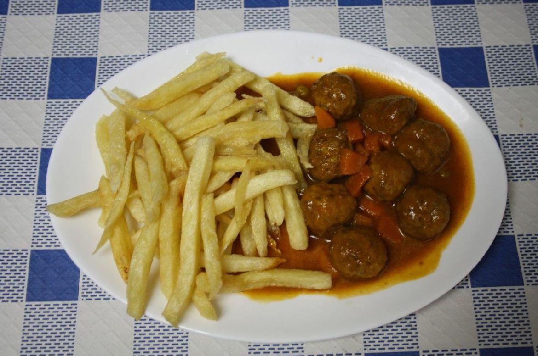 Plato de albóndigas con salsa de almendras